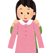 ピンクのワンピースを持つ女性